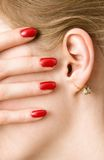 Barrette ed orecchio rossi della donna Fotografia Stock