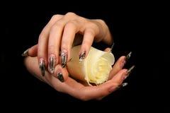 Barrette umane con l'unghia lunga e la bella m. Fotografia Stock Libera da Diritti