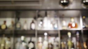 Barrez les étagères avec des bouteilles, inclinaison brouillée vers le bas banque de vidéos