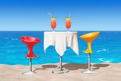 Barrez les tabourets modernes près du Tableau avec les cocktails tropicaux rouges sur Photo libre de droits