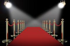 Barriär för röd matta och repmed skinande strålkastare royaltyfria foton