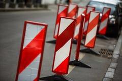 Barriär för tecken för omväg för hinder för stolpe för pol för säkerhet för arbeten för vägtrafik arkivbild