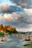 Barriär på vägen på en sommardag arkivbilder
