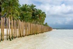 Barriär som göras av bambupoler i en tropisk ö Fotografering för Bildbyråer