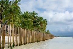 Barriär som göras av bambupoler i en tropisk ö Arkivfoto