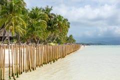 Barriär som göras av bambupoler i en tropisk ö Arkivbilder