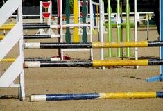 Barriär som hoppar på häst på löparbanan Royaltyfria Bilder