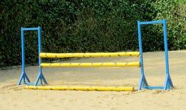 Barriär som hoppar på häst på löparbanan Royaltyfri Bild