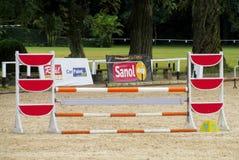 Barriär som hoppar på häst på löparbanan Fotografering för Bildbyråer
