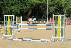 Barriär som hoppar på häst på löparbanan Arkivbild
