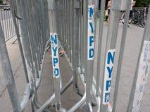 Barriärer för folkmassakontroll, NYPD-barrikader, NYC, NY, USA Arkivfoton
