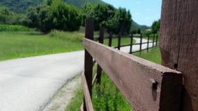 Barrière à côté de route dans une courbe Images stock