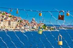 Barrière à chaînes d'amour dans la ville de Sibenik Images libres de droits