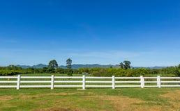Barrière à une ferme Photographie stock