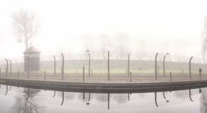 Barrière électrique dans l'ancien camp nazi photo stock