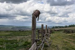 Barrière abandonnée d'été dans le village photos stock