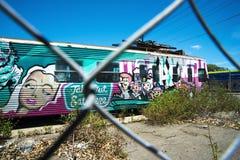 Barrière abandonnée de maillon de chaîne de wagon-restaurant de chariot de train images stock