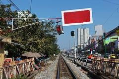 Barrière accrochant au-dessus d'un chemin de fer à Hanoï image stock