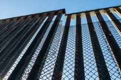 Barrière Along de frontière la frontière du Nous-Mexique images stock