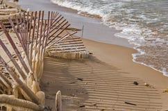 Barrière Along de neige la plage photos libres de droits