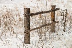 Barrière au bord d'un chemin de terre entouré par les buissons secs Image libre de droits