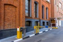 Barrière avant d'entrer dans la cour Chambre dans le vieux quartier industriel Appartements de style de bureau et de grenier photo libre de droits