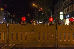 Barrière avec l'avertissement rouge de voyants d'alarme de la construction Images libres de droits