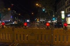 Barrière avec l'avertissement rouge de voyants d'alarme de la construction Photo libre de droits