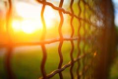 Barrière avec la grille en métal dans la perspective photo stock