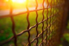 Barrière avec la grille en métal dans la perspective photos stock