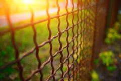 Barrière avec la grille en métal dans la perspective image libre de droits
