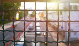 Barrière avec la grille en métal et sous fusée à l'arrière-plan images libres de droits