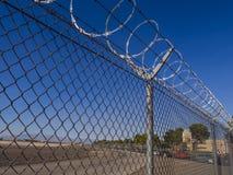 Barrière avec le fil de bavure à un aéroport - LAS VEGAS - NEVADA - 12 octobre 2017 Image libre de droits