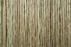 Barrière avec les enjeux en bois photographie stock