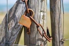 Barrière avec une serrure rouillée Image stock