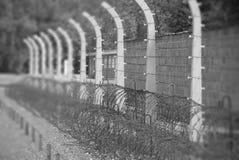 Barrière barbelée dans le camp de Nazi de Sachsenhausen Photographie stock libre de droits