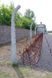 Barrière barbelée dans le camp de Nazi de Sachsenhausen Image stock