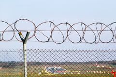 Barrière barbelée de fil protecteur à l'aéroport Photo stock