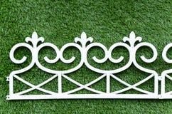 Barrière blanche de fer de fond d'herbe Image stock