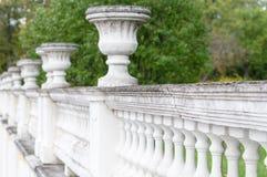 Barrière concrète antique avec les cuvettes décoratives Photographie stock libre de droits