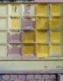 Barrière concrète, couverte de peinture jaune et pourpre Photo stock