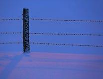 Barrière crépusculaire Blue Icy de neige Photos stock