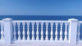 Barrière décorative blanche faite de béton sur le bord de mer de mer avec la vue stupéfiante de mer clips vidéos