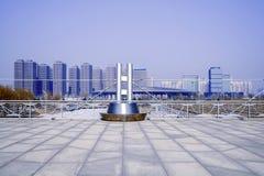 Barrière décorative en métal et bâtiment urbain Photo libre de droits