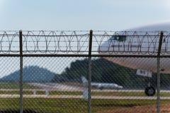 Barrière d'aéroport et avion d'air derrière Photo libre de droits