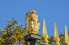Barrière d'or au pont à Paris Photo libre de droits
