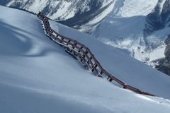 Barrière d'avalanche dans le massif de Mont Blanc de thé Image libre de droits