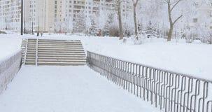 Barrière d'escalier et en métal en hiver banque de vidéos
