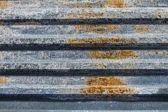 Barrière de bâtiment en métal Galvanisé, ridé photos libres de droits