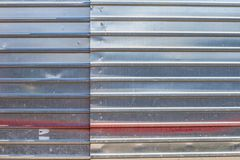 Barrière de bâtiment en métal Galvanisé, ridé photo stock